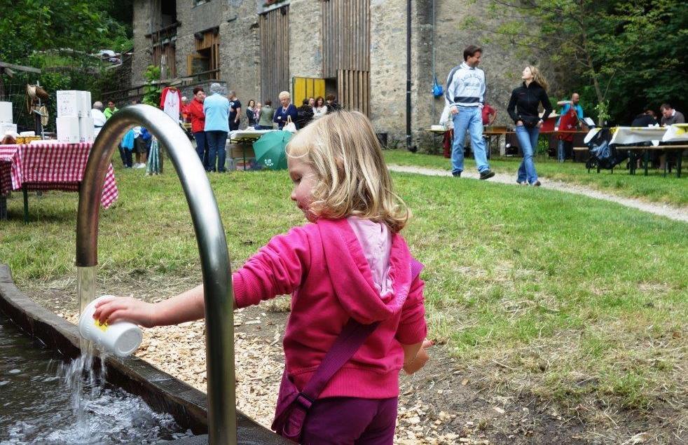 31052015 Faido Piumogna 09 apertura e gente ai piedi della cascata che gioca