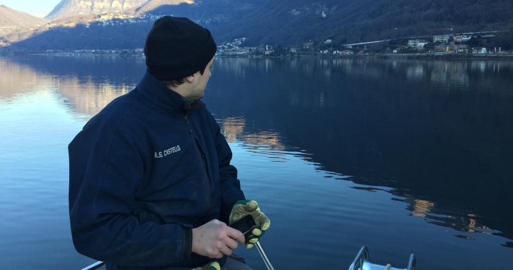 mara vini che si appoggiano nel Ceresio sul lago in barca