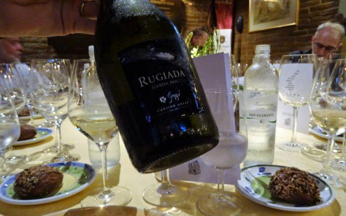 z-bottiglia di vino Rugiada a tavola